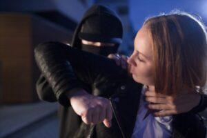 Mujer se defiende de un ataque por detrás